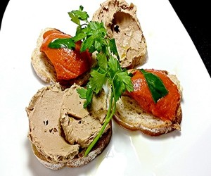 鶏白レバとトマトジュレのクロスティーニ