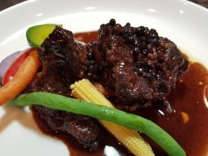 牛スネ肉の黒胡椒きいた赤ワイン煮込み